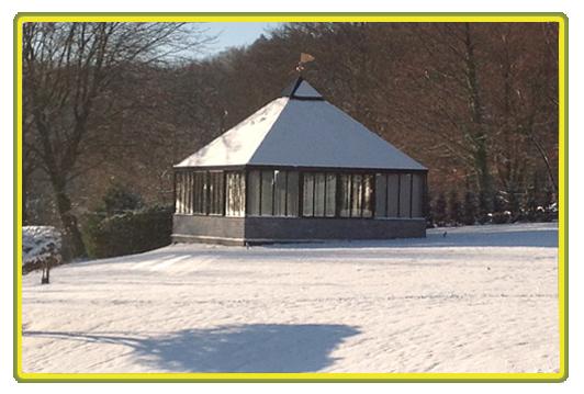 Englisches viktorianisches Gewächshaus mit  Pyramidendach - Winterlandschaft